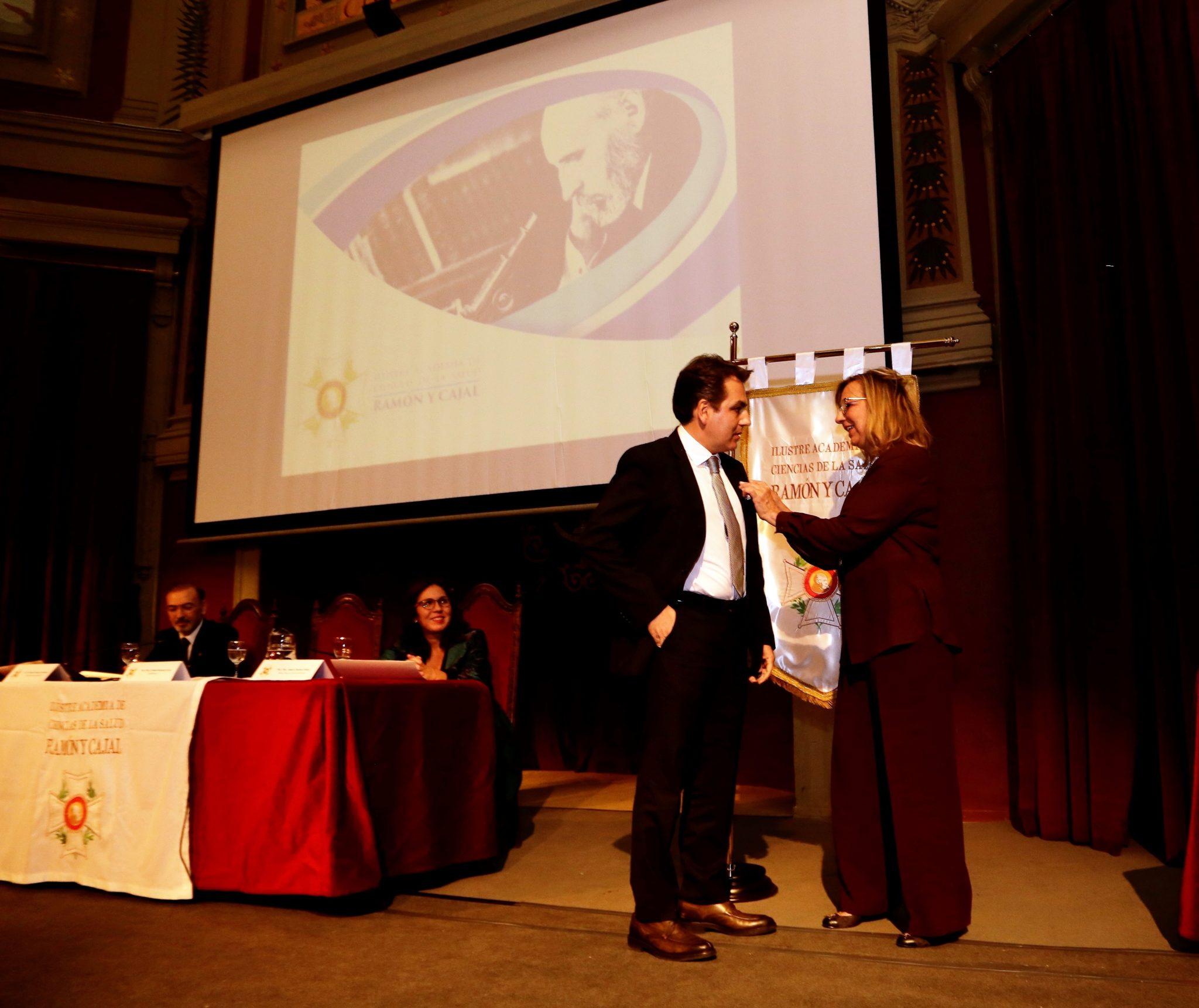 La Academia de Ciencias de la Salud Ramón y Cajal impone la Medalla al Mérito Sanitario al médico navarro José Ángel Lozano Orella.
