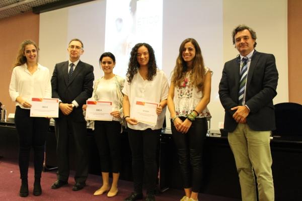 Entrega de premios del I Certamen de Casos Clínicos Ético-Deontológicos a estudiantes de sexto de Medicina.