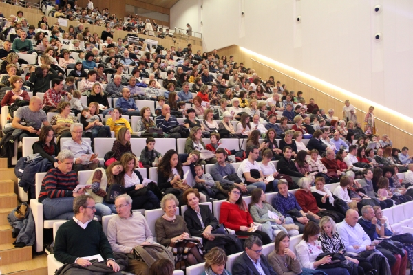 El Concierto Benéfico Músicas del Mundo-Médico cooperante llena la Ciudad de la Música de Pamplona.