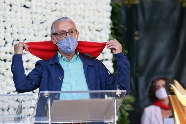El Dr. Vicente Estremera recoge el pañuelo de Pamplona en nombre de los médicos.